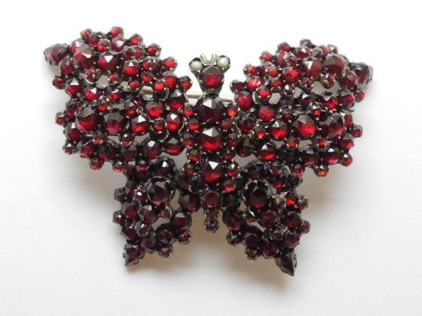 Sehr schöne antike Granat-Schmetterlings-Brosche in Silber gefasst.